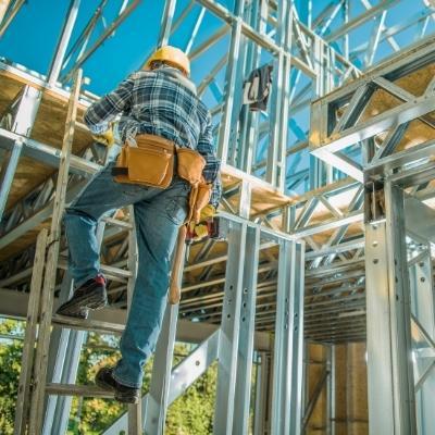 obrero construyendo casa de steel frame